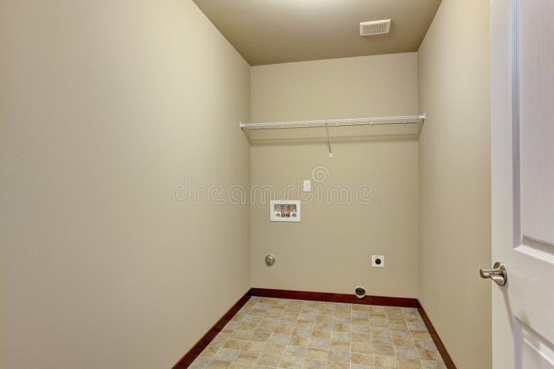 Piccola stanza di lavanderia non ammobiliata immagine stock libera da diritti