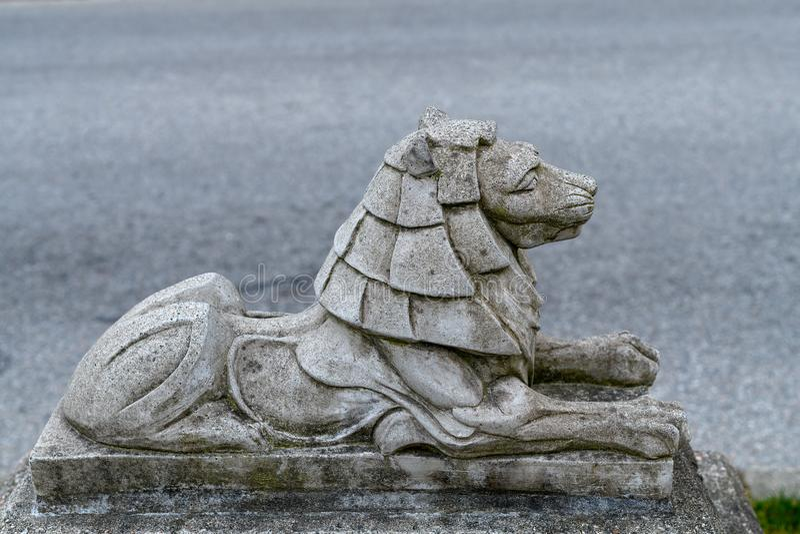 Piccola statua di pietra del leone in Stanley Park vicino al ponte del portone dei leoni immagine stock libera da diritti