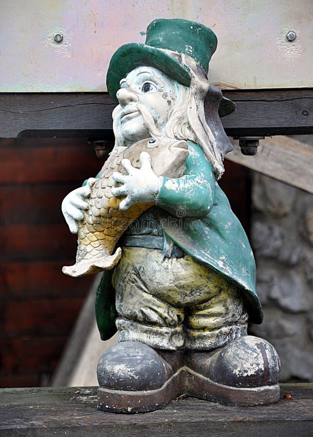 Piccola statua e acqua sprita immagini stock