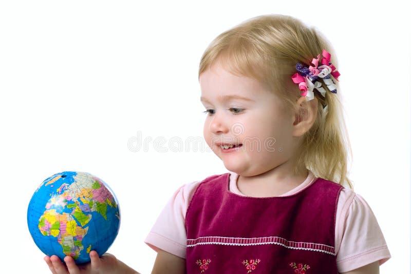 Piccola stretta della ragazza un globo fotografia stock libera da diritti
