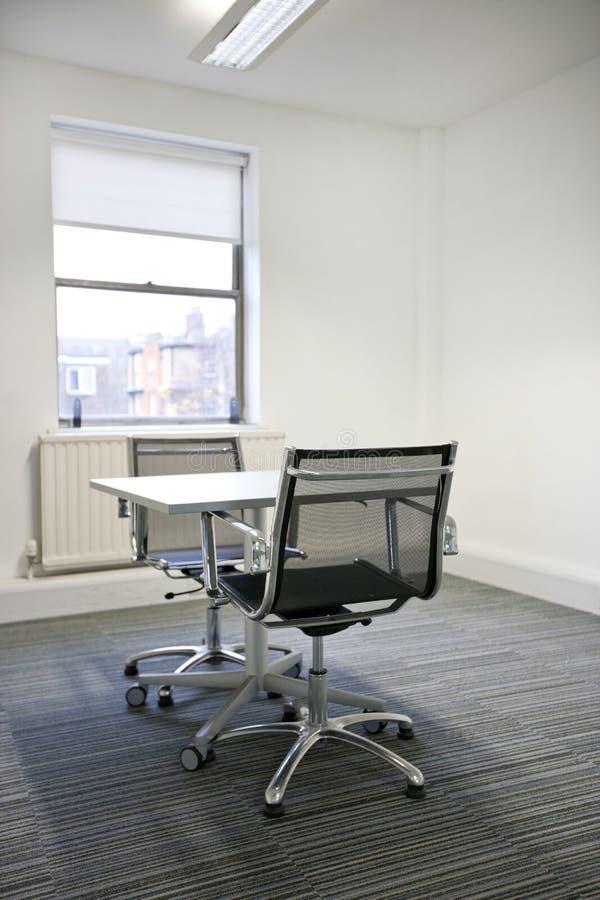 Piccola tavola soleggiata in ufficio immagine stock