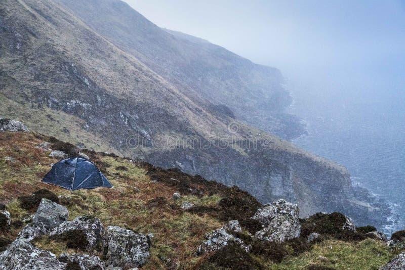Piccola tenda in una tempesta della neve fotografia stock libera da diritti