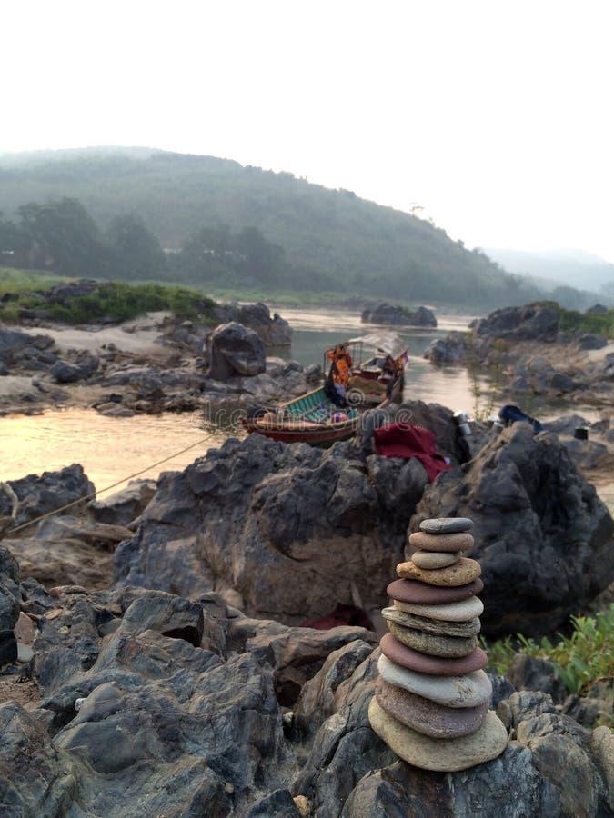 Piccola torre della pietra di zen con la barca fotografie stock