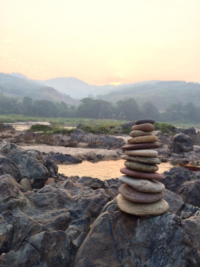 Piccola torre della pietra di zen sopra fotografia stock