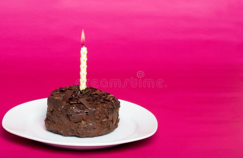 Piccola torta di cioccolato con la candela di compleanno fotografia stock libera da diritti