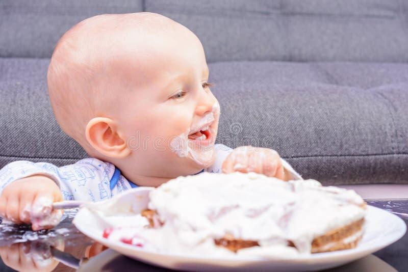Piccola torta di compleanno con un cucchiaio, buon compleanno di moneta falsa del bambino fotografie stock