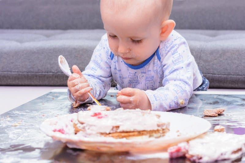 Piccola torta di compleanno con un cucchiaio, buon compleanno di moneta falsa del bambino immagine stock libera da diritti