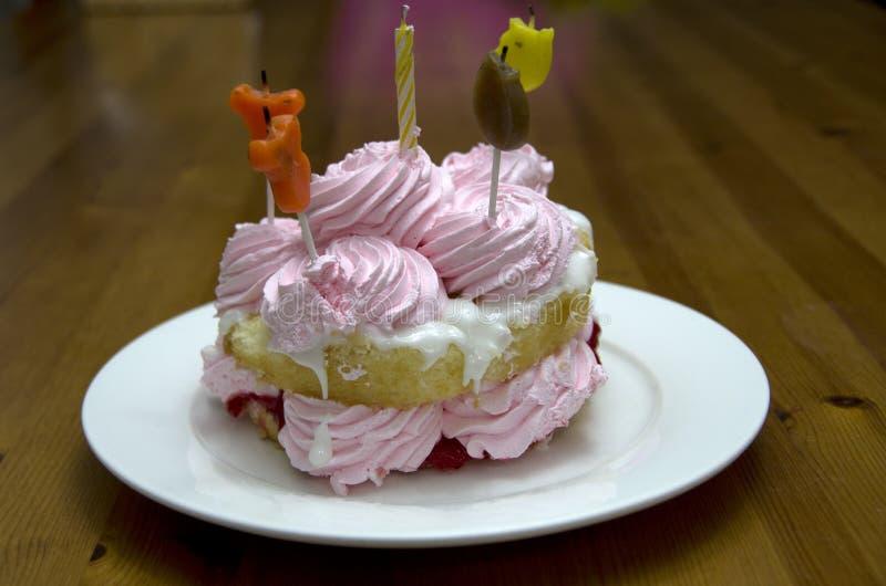 Piccola torta di compleanno per il bambino immagine stock