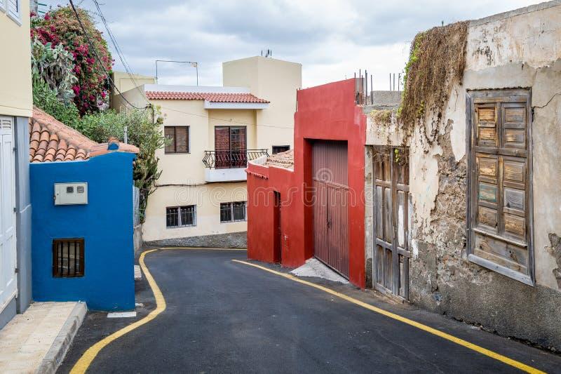 Piccola via del villaggio delle isole Canarie tipiche con le vecchie case fotografia stock libera da diritti