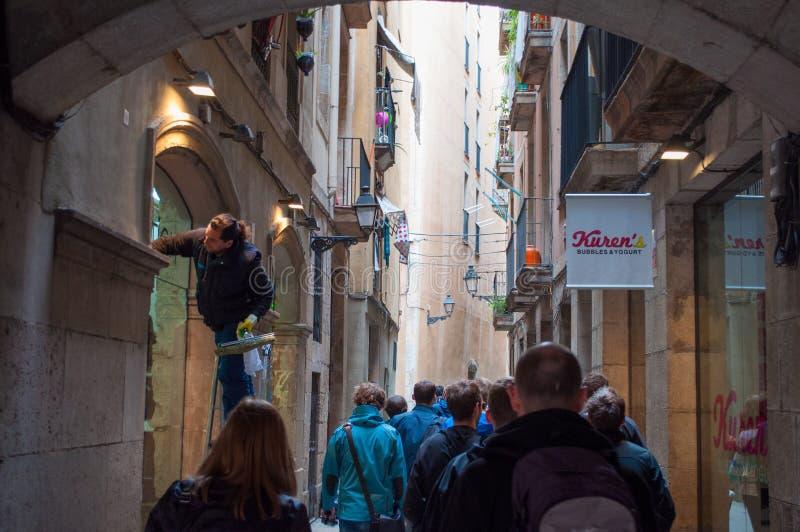 Piccola via della città in città di Barcellona in Spagna immagini stock libere da diritti