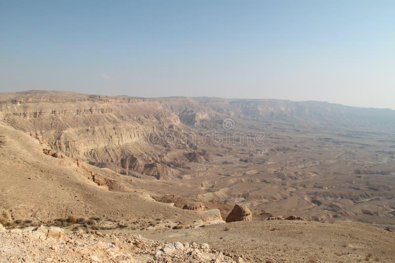 Piccola vista del cratere in deserto di Negev, Israele immagini stock