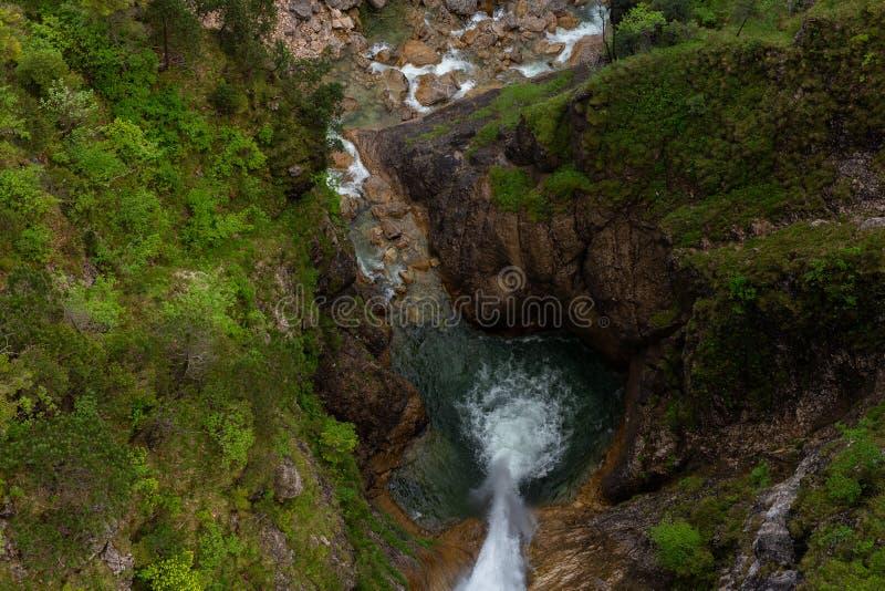 Piccola vista della cascata dalla cima da scolarsi nell'ora legale della primavera della foresta fotografia stock