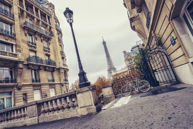 Piccola vista della via di Parigi della torre Eiffel a Parigi, Francia fotografia stock libera da diritti