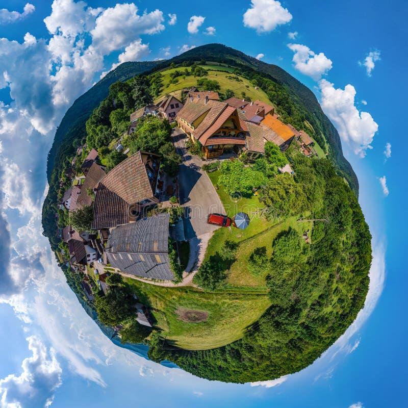 Piccola vista sferica del pianeta di poco villaggio Breitenbach in Al fotografie stock