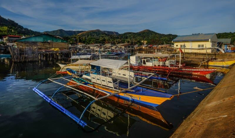 Piccole barche al molo nell'isola di Coron immagine stock libera da diritti