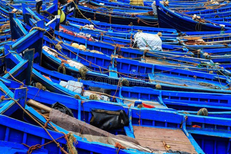 Piccole barche blu nel porto di Essaouira fotografie stock libere da diritti