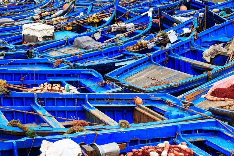 Piccole barche blu nel porto di Essaouira immagine stock