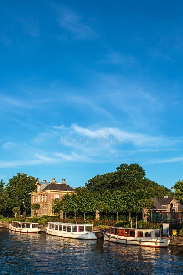 Piccole barche classiche di crociera sul fiume olandese famoso Vecht fotografie stock libere da diritti