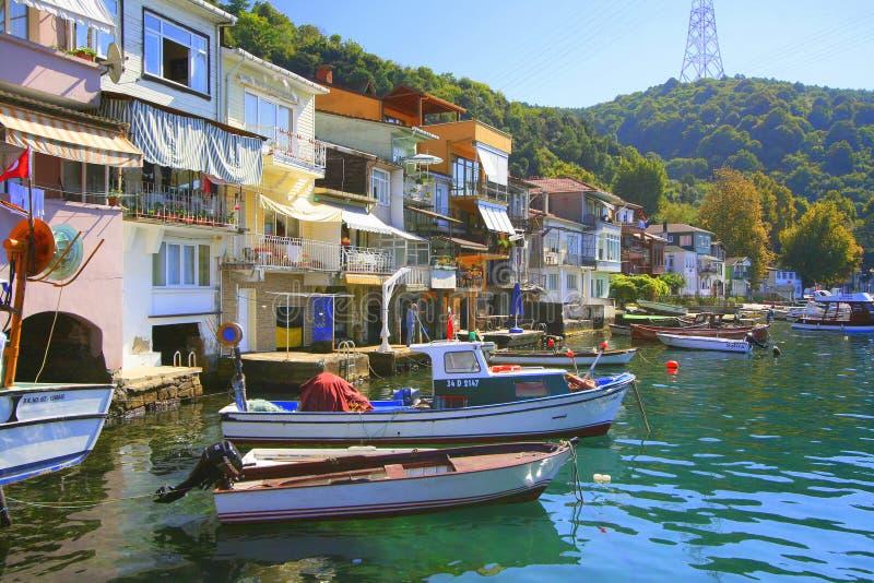 Piccole barche e case di lungomare immagini stock