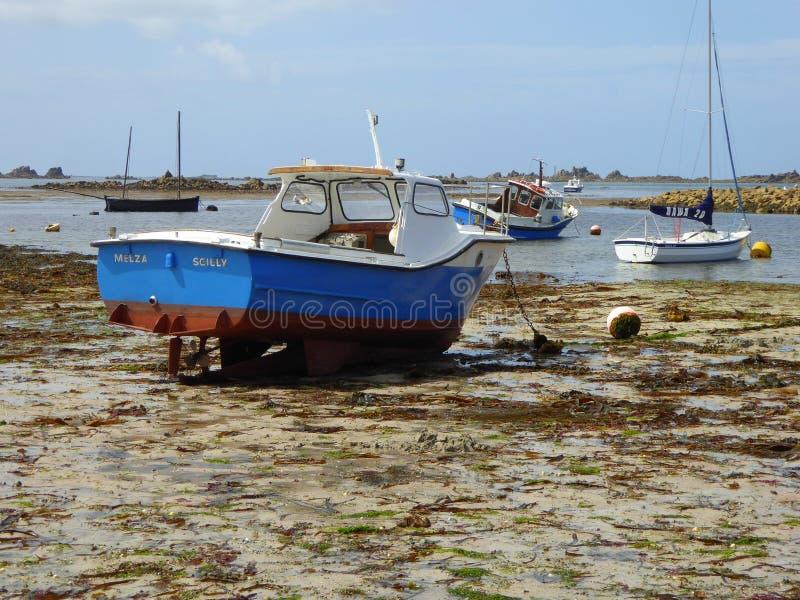 Piccole barche in porto a bassa marea fotografia stock libera da diritti