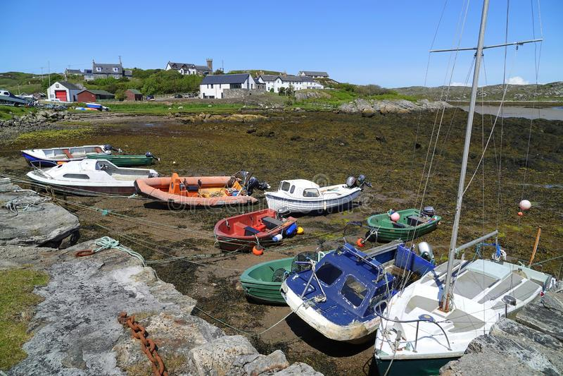 Piccole barche in porto a bassa marea immagine stock libera da diritti