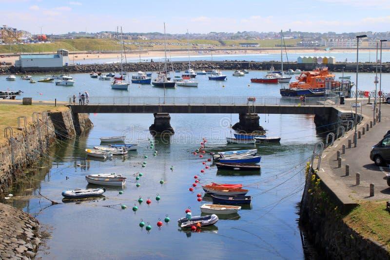 Piccole barche in porto in Irlanda del Nord immagini stock