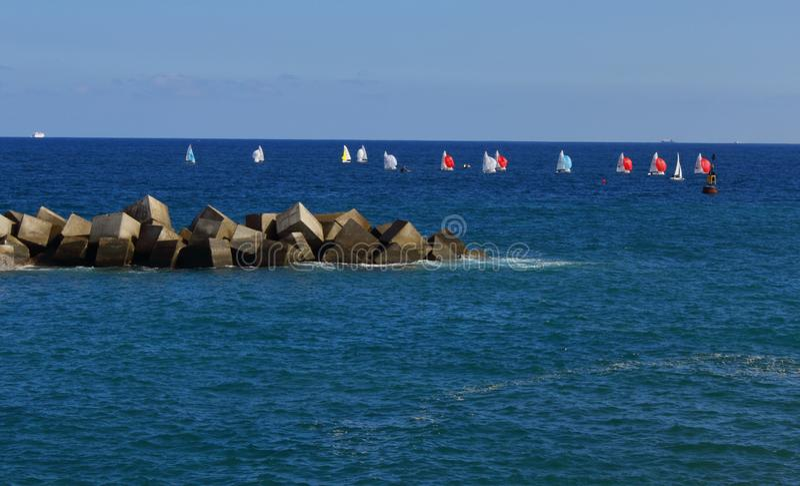 Piccole barche a vela nel mare fotografia stock