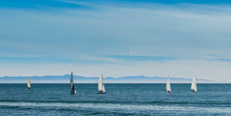 Piccole barche a vela nell'oceano Pacifico vicino a Santa Barbara, California fotografia stock