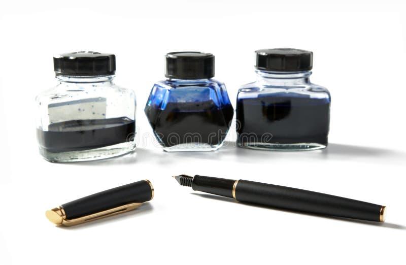 Piccole bottiglie con la penna di fontana e dell'inchiostro fotografia stock libera da diritti