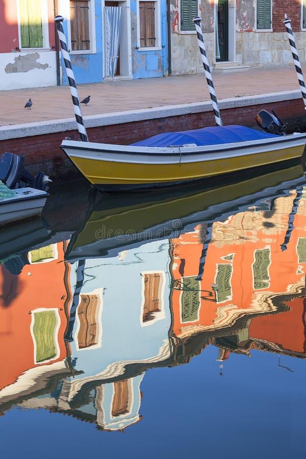 Piccole, case brillantemente dipinte variopinte sull'isola di Burano, Venezia, Italia fotografia stock