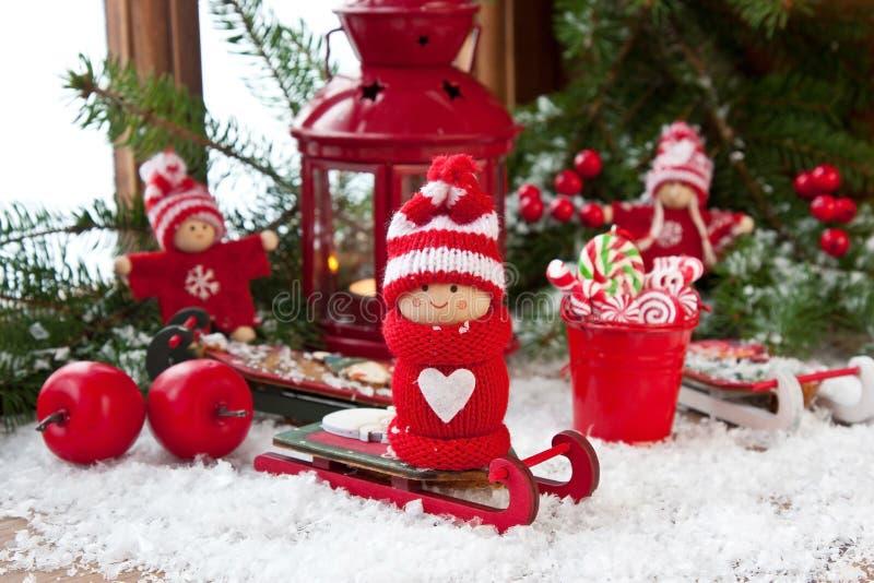 Piccole figure di natale dei bambini Carta di regalo di Natale con la composizione in festa fotografia stock libera da diritti