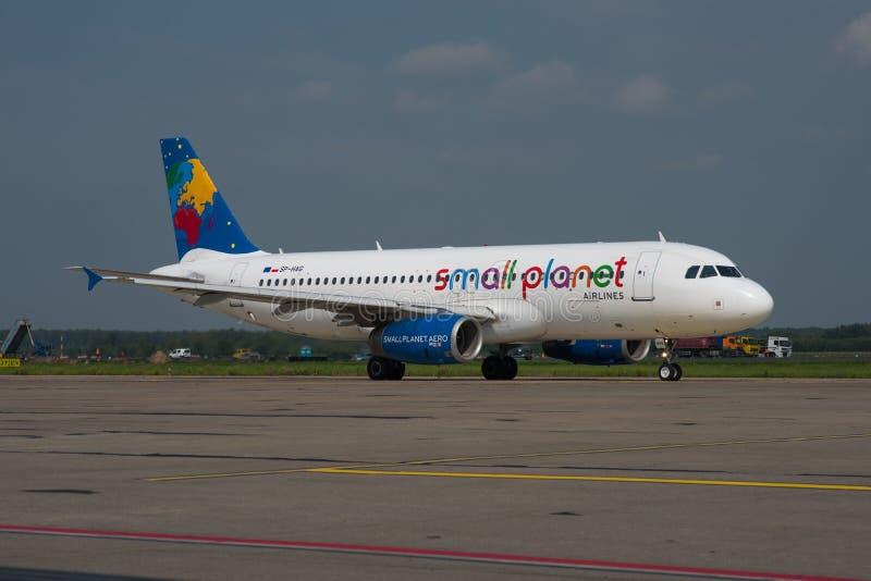 Piccole linee aeree Polonia Airbus A320 del pianeta immagini stock