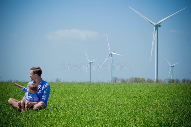 Piccole manifestazioni del figlio sui generatori eolici di papà immagine stock libera da diritti