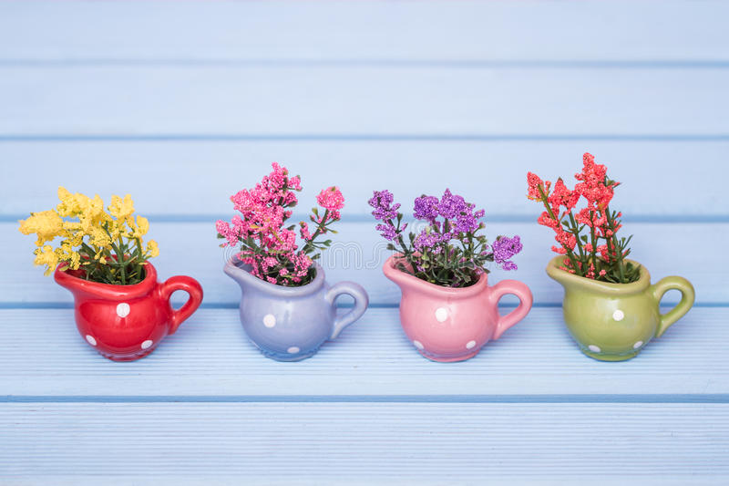 Piccole piante artificiali decorative variopinte in vasi for Piante decorative