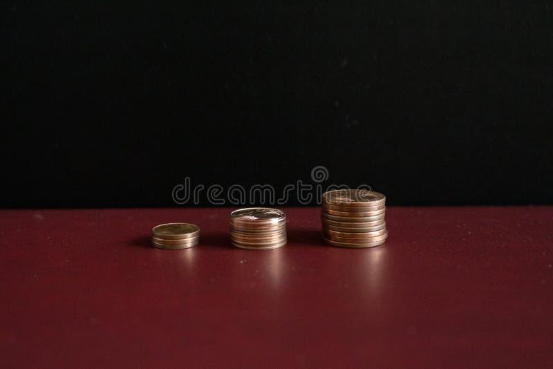 3 piccole pile di euro monete dei soldi in una fila immagine stock libera da diritti