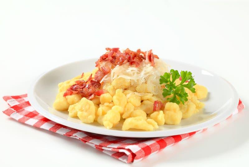Piccole polpette della patata con pancetta affumicata e cavolo fotografie stock