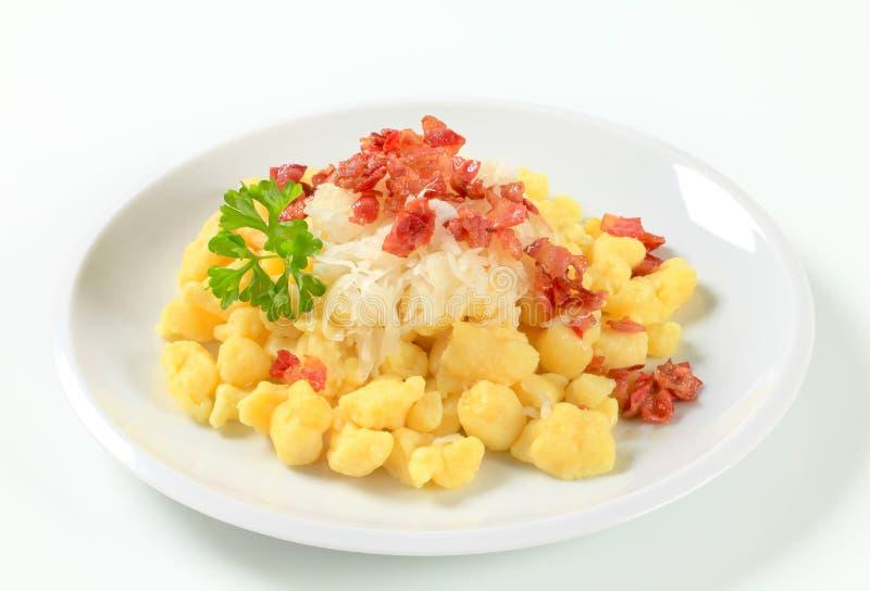 Piccole polpette della patata con pancetta affumicata e cavolo fotografia stock