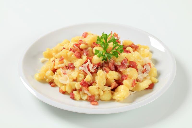 Piccole polpette della patata con pancetta affumicata e cavolo immagine stock