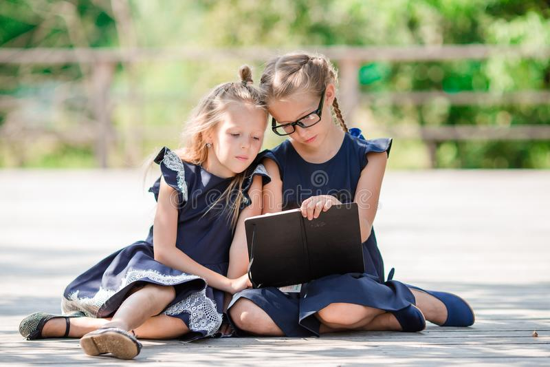 Piccole ragazze adorabili della scuola con le note e for Piccole planimetrie a concetto aperto