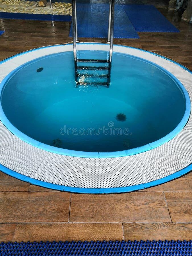 Piccole scale ad una piscina nel club dei fitneess immagini stock