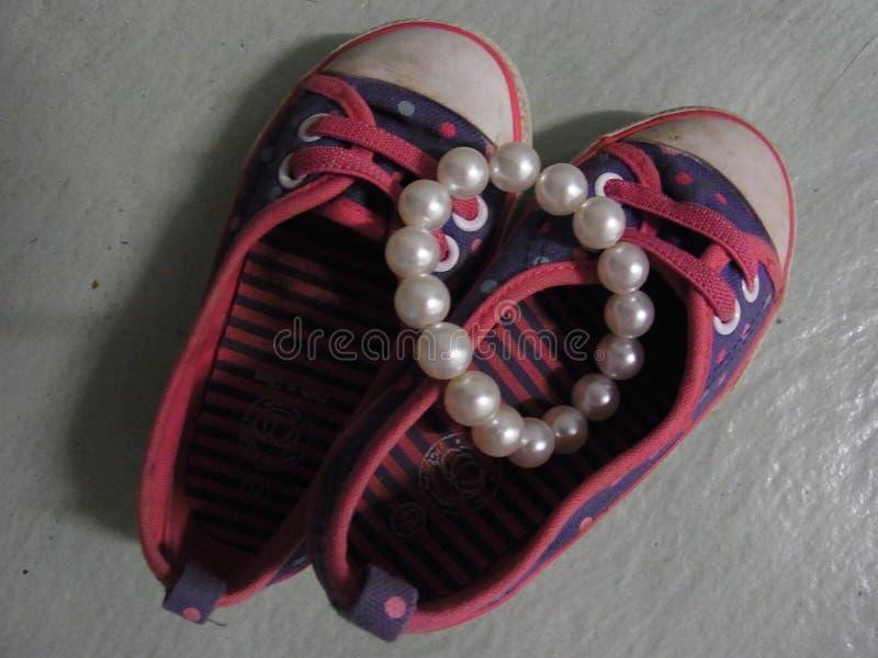 Piccole scarpe immagini stock