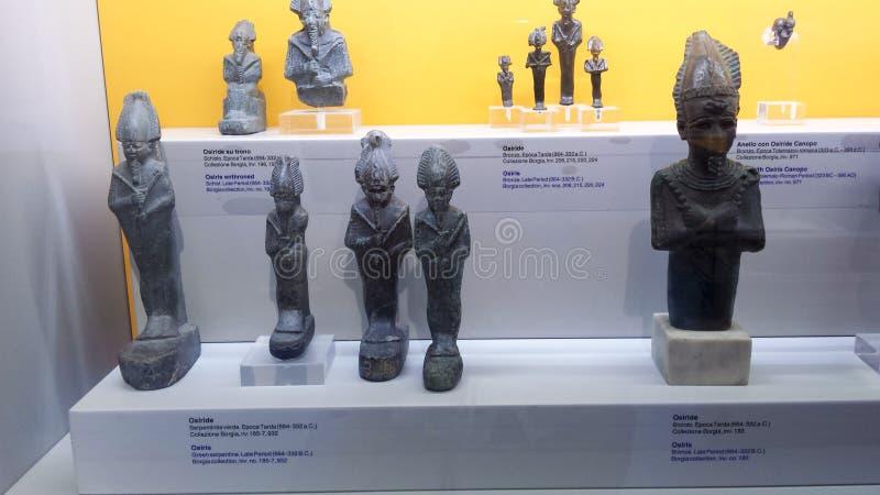 Piccole statue di Osiris esposte nel museo di storia di Napoli immagine stock libera da diritti