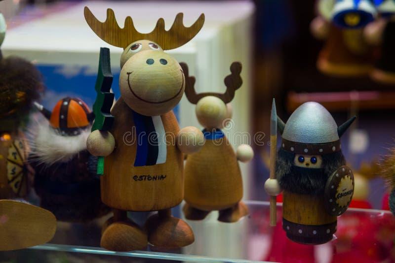 Piccole statue divertenti Vista dei giocattoli miniatura dei ricordi tradizionali di Tallinn di vecchia città nel negozio di rico fotografia stock