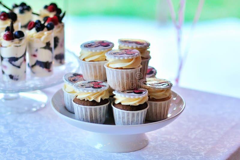 Piccole torte con il riempimento differente immagini stock