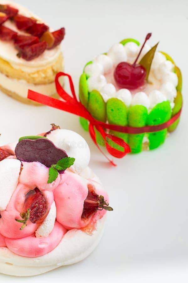 Piccole torte con il riempimento differente Priorità bassa bianca Primo piano Vista superiore fotografie stock libere da diritti