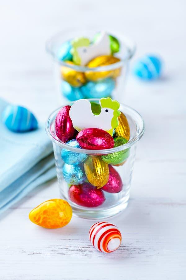 Piccole, uova di Pasqua in imballaggio leggero del cioccolato fotografia stock libera da diritti