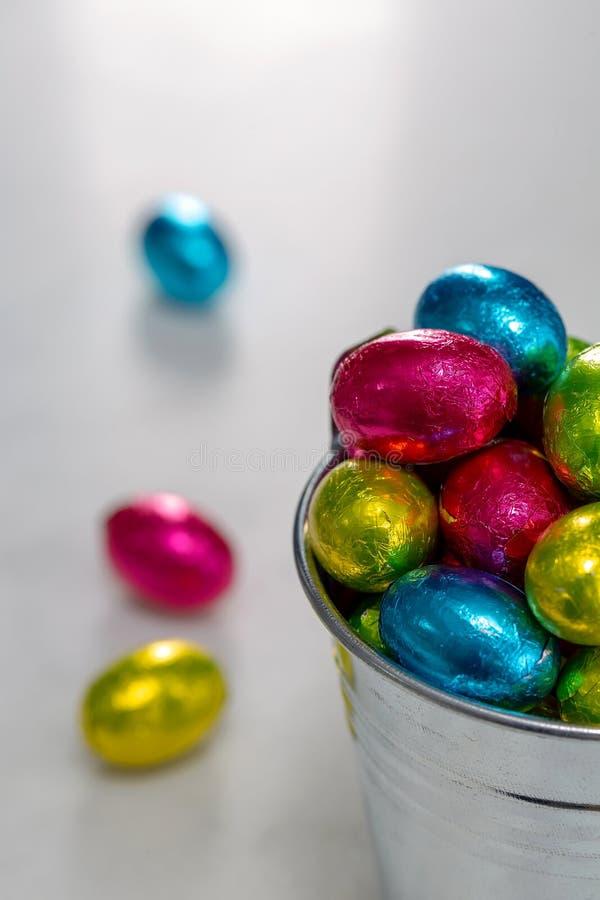 Piccole uova di Pasqua in un secchio immagini stock libere da diritti