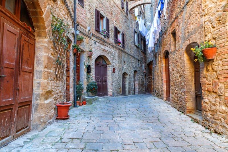 Piccole vie strette strette affascinanti della città di Volterra immagine stock