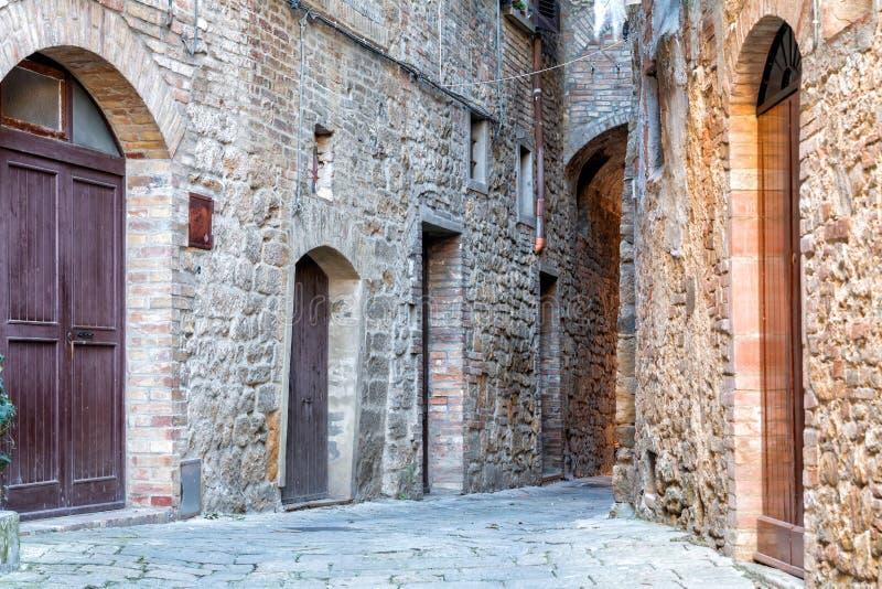 Piccole vie strette strette affascinanti della città di Volterra immagini stock libere da diritti