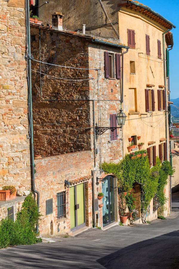 Piccole vie strette strette affascinanti della città di Volterra fotografia stock libera da diritti